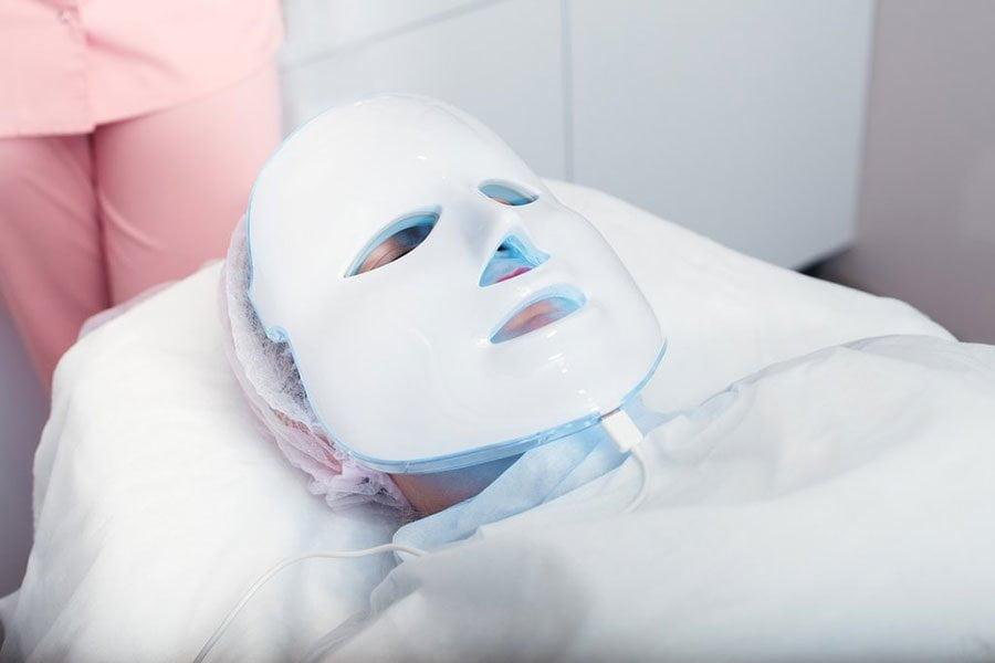 Maska led w leczeniu trądziku - jak działa?