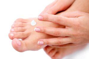 Sucha skóra stóp - jak sobie z tym radzić?