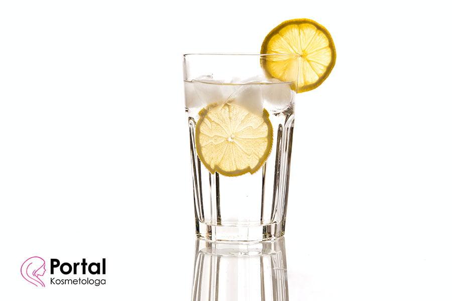 Woda z cytryną w pielęgnacji skóry