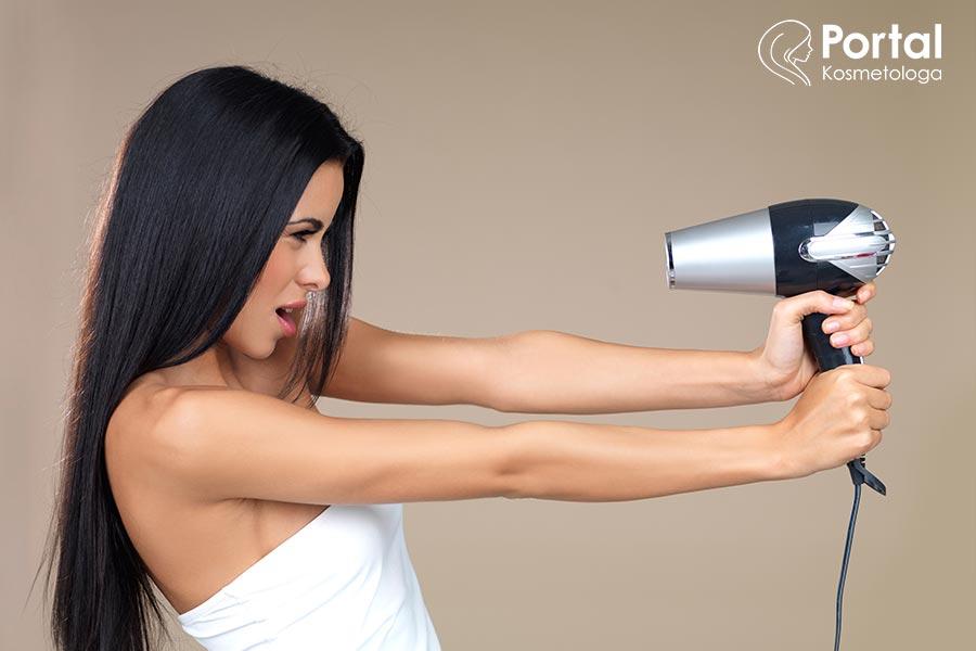 Czy suszenie i prostowanie jest szkodliwe dla włosów?