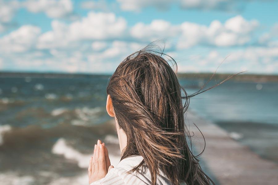 Jak poradzić sobie z wypadającymi włosami? Metody na wypadające włosy.